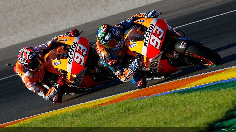 Los hermanos Márquez pilotando hoy la Honda en Cheste.