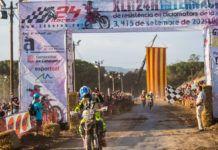 Oriol Mena de l'equip POwered by JG - Motos Chesca creuant la línia d'arribada del circuit de Can Moncau de Lliçà d'Amunt durant les 24 hores de la Vall del Tenes
